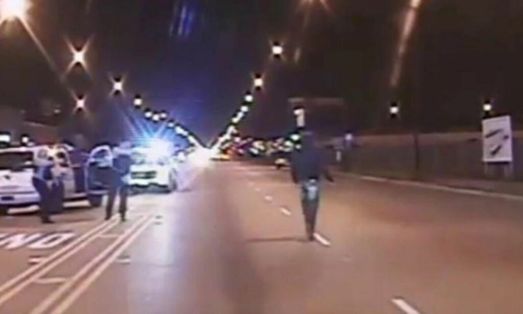 image: Her blir 17-åringen skutt 16 ganger av Chicago-politiet. Nå er tre politimenn tiltalt for å ha dekket over drapet