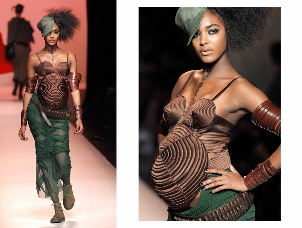 JOURDAN DUNN: Den høygravide modellen poserer på catwalken til Jean Paul Gaultier. Foto: Scanpix