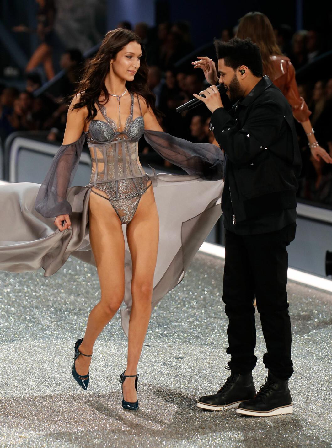 <strong>BRUDD:</strong> I november ble det kjent at supermodell Bella Hadid  og artisten The Weeknd hadde gjort det slutt. De har riktignok beholdt vennskapet, og under Victoria's Secret Fashion Show i Paris i begynnelsen av desember sto de på samme scene.  Foto: NTB Scanpix