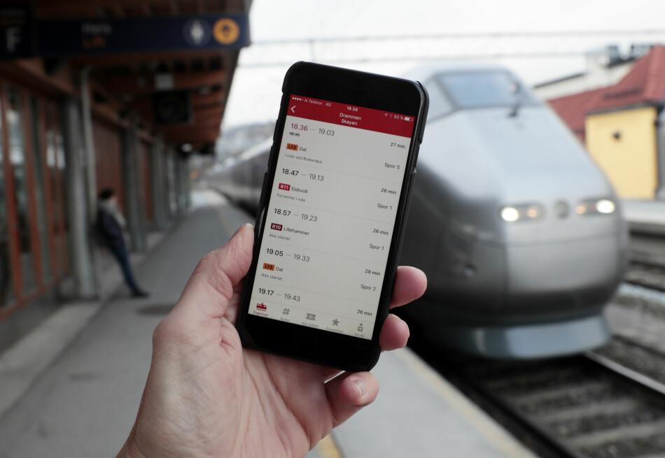 FEIL: Kunder er frustrerte over at appen til NSB ikke viser dem riktig informasjon om hvilke tog som går og ikke, nå som Østlandet er midt i sommerens togkaos. Illustrasjonsfoto: Lise Åserud / NTB Scanpix