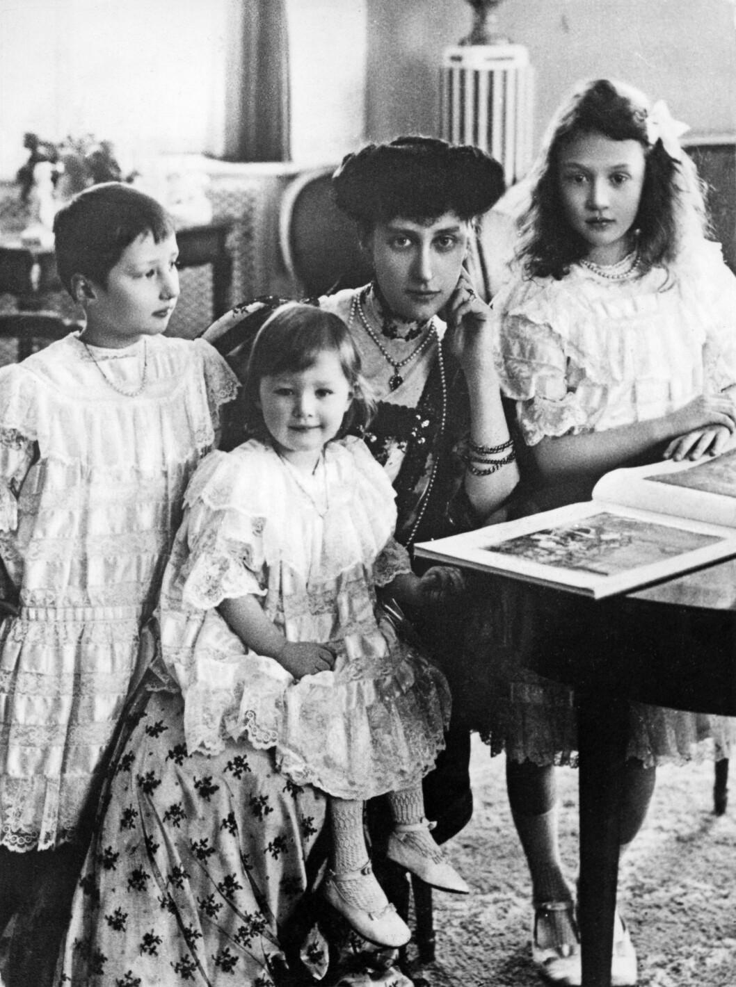 I STOCKHOLM: Prinsesse Märtha ble født i Stockholm i 1901. Hennes foreldre er danske prinsesse Ingeborg (midten bak) og svenske prins Carl. Fra venstre: prinsesse Märtha (senere kronprinsesse av Norge), prinsesse Astrid (senere dronning av Belgia) og prinsesse Margaretha (senere prinsesse av Danmark). Foto: NTB Scanpix