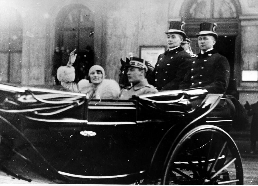 HILSTE PÅ FOLKET: Her er paret i en åpen vogn med to lakeier, og Märtha vinker til fotografen. Foto: NTB Scanpix