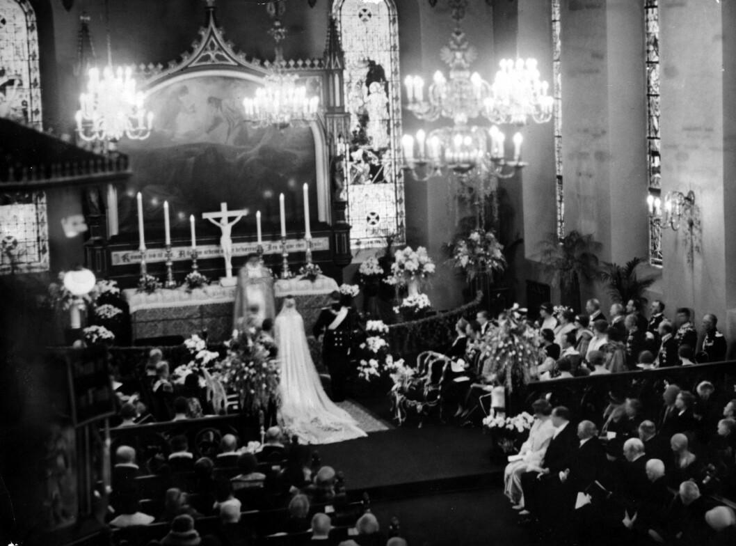 BRYLLUPET: Kronprins Olav giftet seg med prinsesse Märtha i Oslo Domkirke, som på den tiden het Vår Frelsers kirke.  Foto: NTB Scanpix