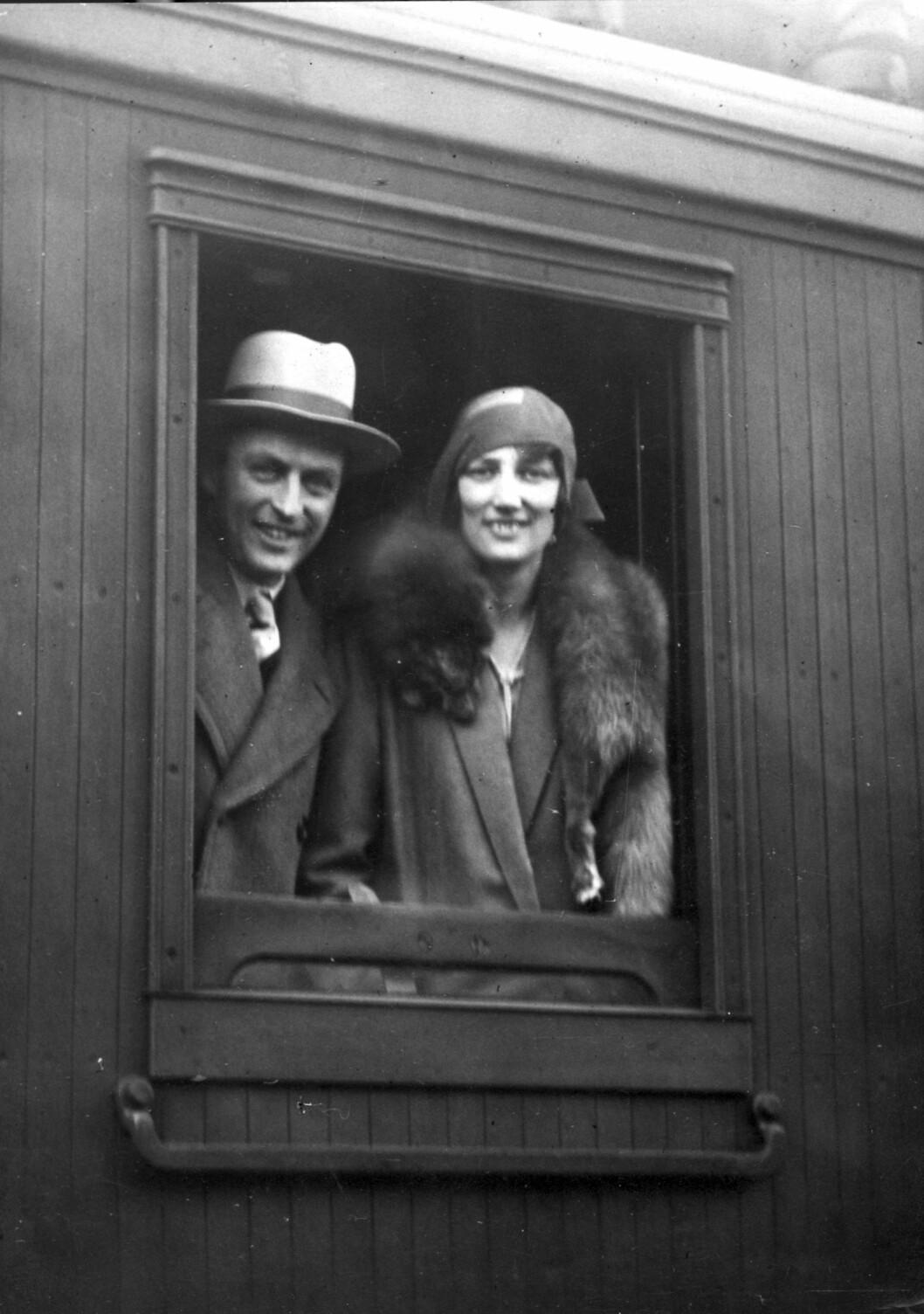 PÅ BRYLLUPSREISE: Kronprins Olav og kronprinsesse Märtha vinker farvel fra togvinduet på Østbanestasjonen før de la ut på sin seks uker lange bryllupsreise. Turen gikk gjennom Europa - med bil. Året er 1929. Foto: NTB Scanpix