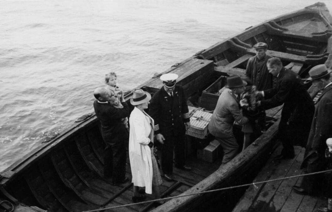 MÅTTE FLYKTE: Kronprinsesse Märtha med sine tre barn og mannskap i åpen båt på vei til fartøyet American Legion i august 1940. Foto: NTB Scanpix