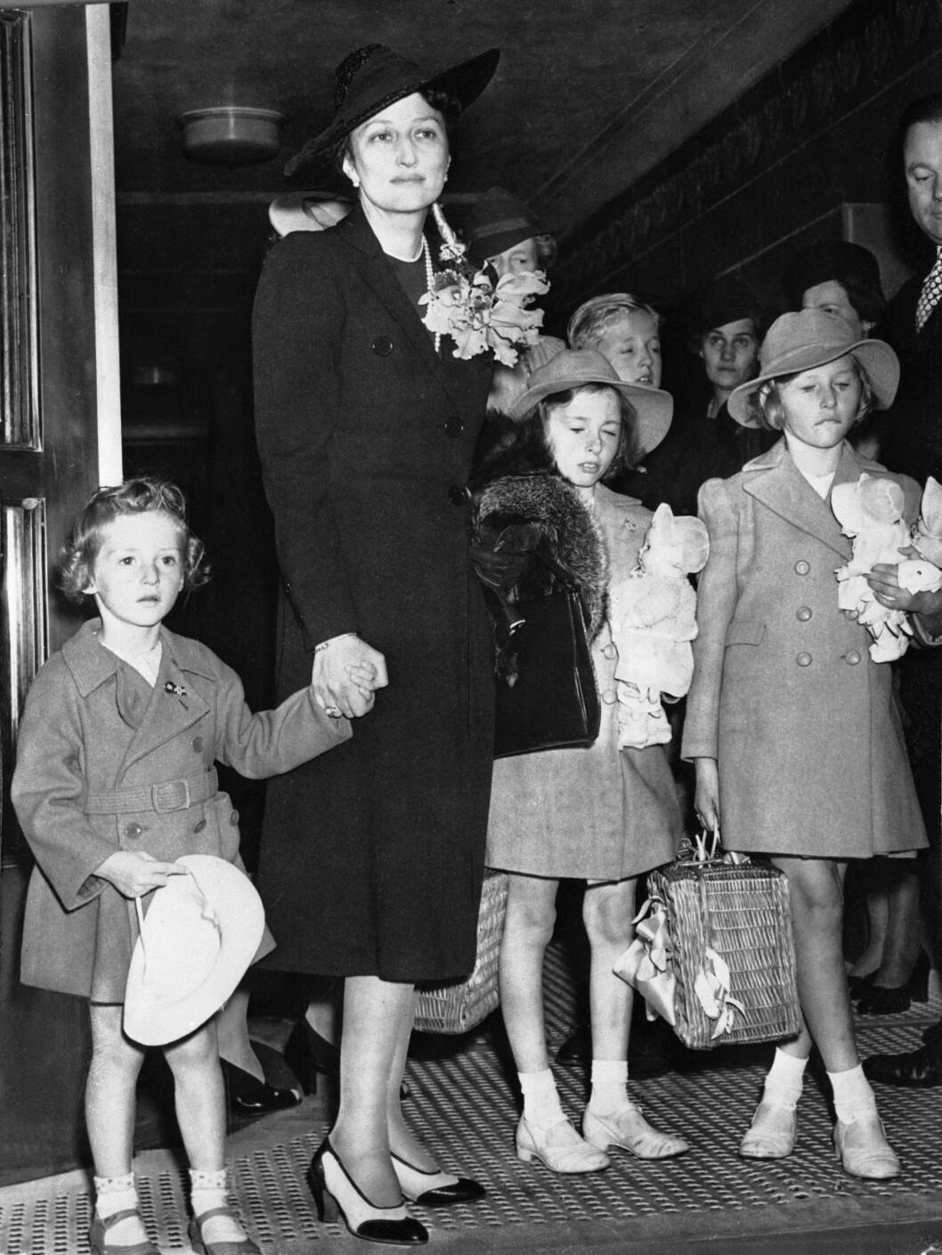 I USA: Kronprinsesse Märtha og barna ankommer USA etter flukten fra Norge via Finland. Fra v: Prins Harald, kronprinsesse Märtha, prinsesse Ragnhild, Prinsesse Astrid, begge med dukker på armen.  Foto: NTB scanpix