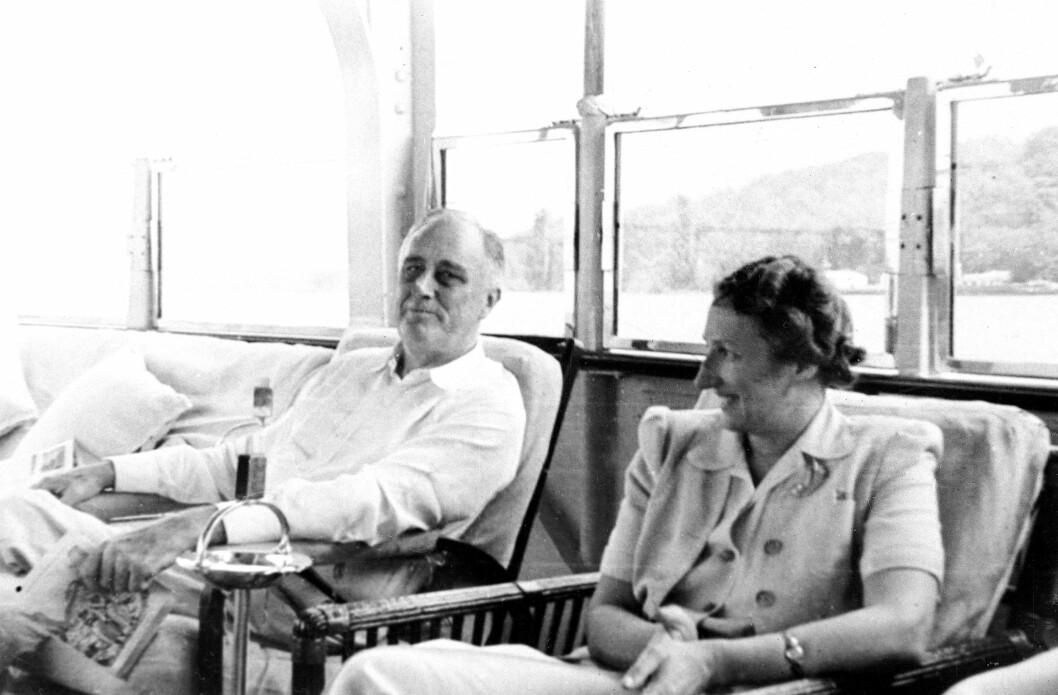 MED PRESIDENTEN: Kronprinsparet var nære venner av den amerikanske presidenten Franklin D. Roosevelt og hans kone Eleanor allerede før krigen startet. Han tok imot dem med åpne armer da krigen kom til Norge og kronprinsfamilien måtte flykte. Her er Märtha og Roosevelt fotografert i Washington, USA, under krigen. Foto: NTB Scanpix