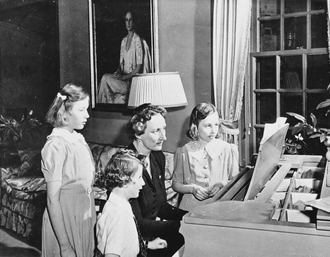 HVERDAGSLIV: Kronprinsesse Märtha med barna ved flygelet på Pook's Hill i Maryland i USA hvor de bodde under krigen. Foto: NTB Scanpix