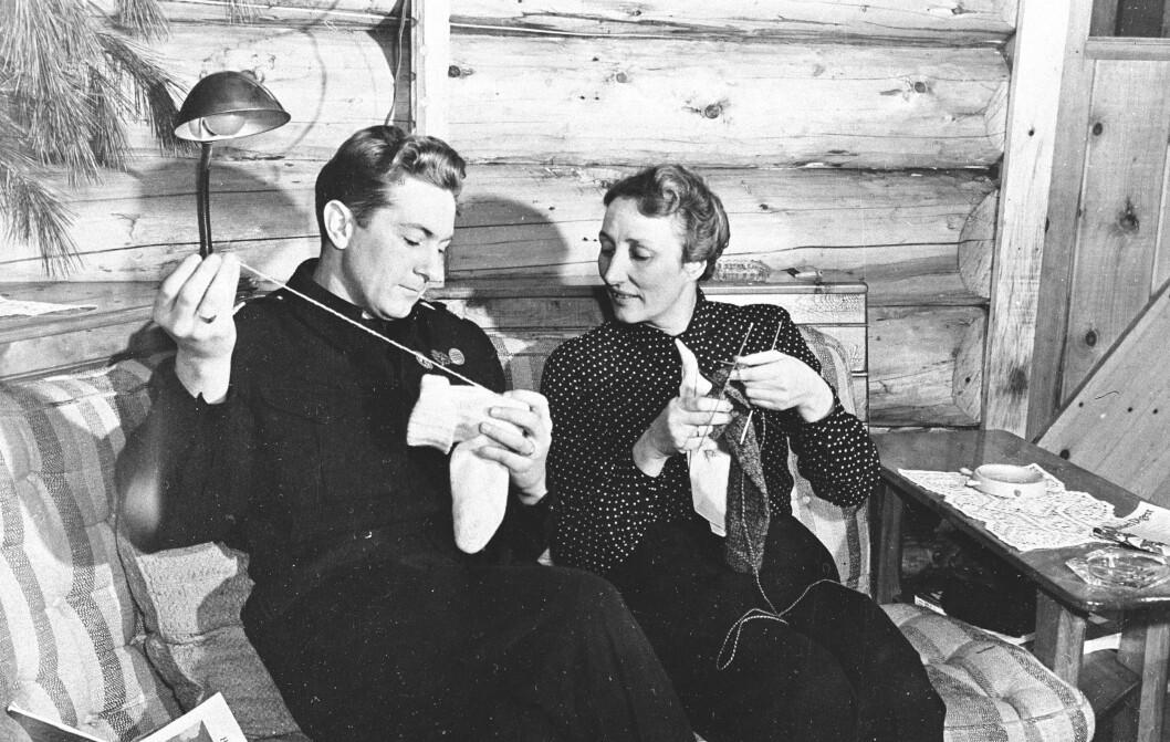 LÆRTE BORT STRIKKETIPS: Kronprinsesse Märtha hjalp en av rekruttene med å stopper sokker under sitt besøk i Toronto i Canada våren 1944. Da var kronprinsparet nemlig på besøk hos det norske flyvåpens treningsleir. Foto: NTB Scanpix