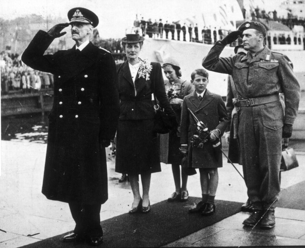 HJEMKOMSTEN: 7. juni 1945 ble kong Haakon og kronprinsfamilien møtt av en jublende folkemasse på Honnørbryggen i Oslo. Norge hadde atter sin folkekjære kongefamilie i landet. Foto: NTB Scanpix