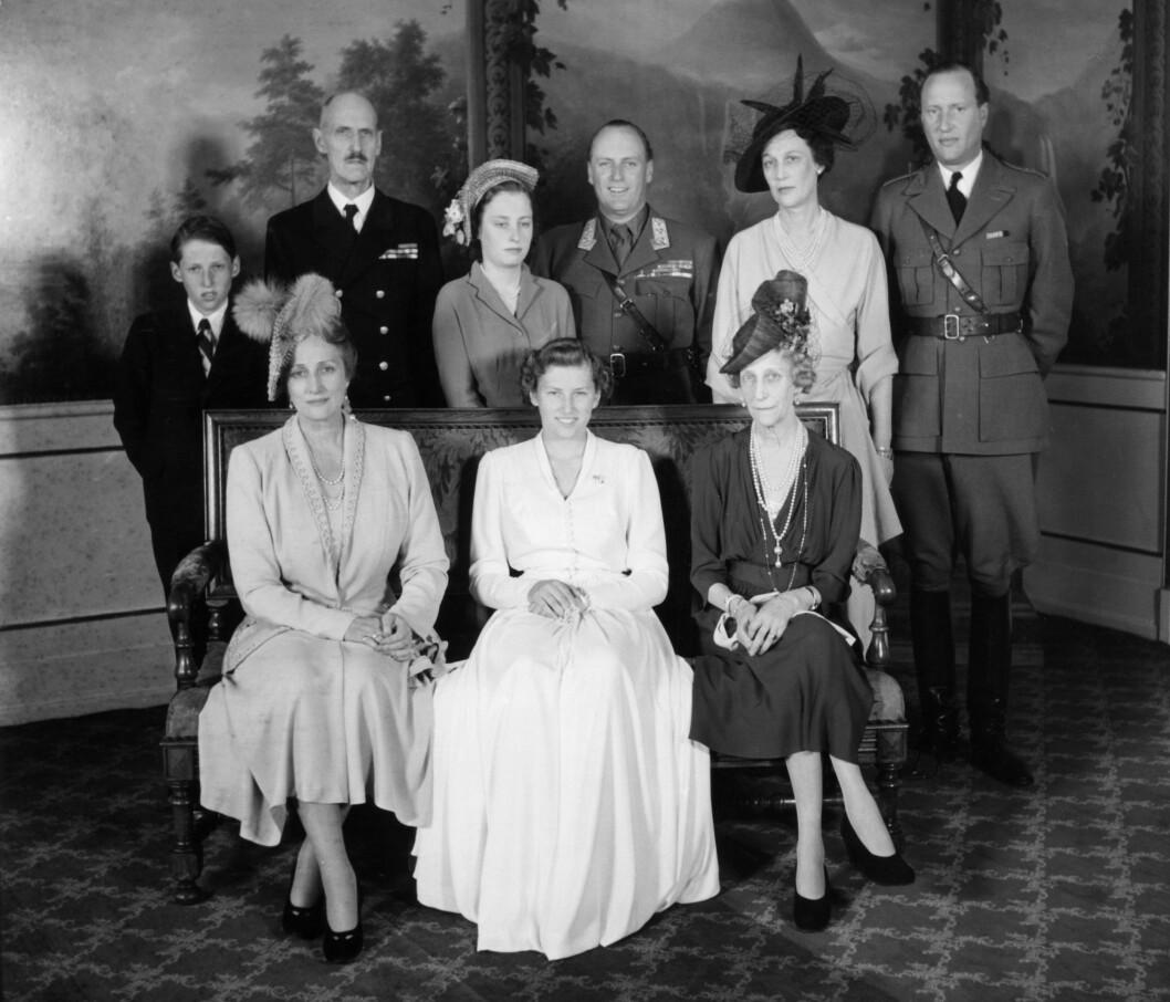 FAMILIELYKKE: Offisielt familiebilde i Fugleværelset på Slottet tatt i forbindelse med prinsesse Astrids konfirmasjon tre år etter at freden kom til Norge. Bakerst fra venstre: Prins Harald, kong Haakon VII, prinsesse Ragnhild, kronprins Olav, Prinsesse Margaretha og prins Bertil Bernadotte. Foran fra venstre: Kronprinsesse Märtha, prinsesse Astrid og prinsesse Ingeborg. Foto: NTB Scanpix