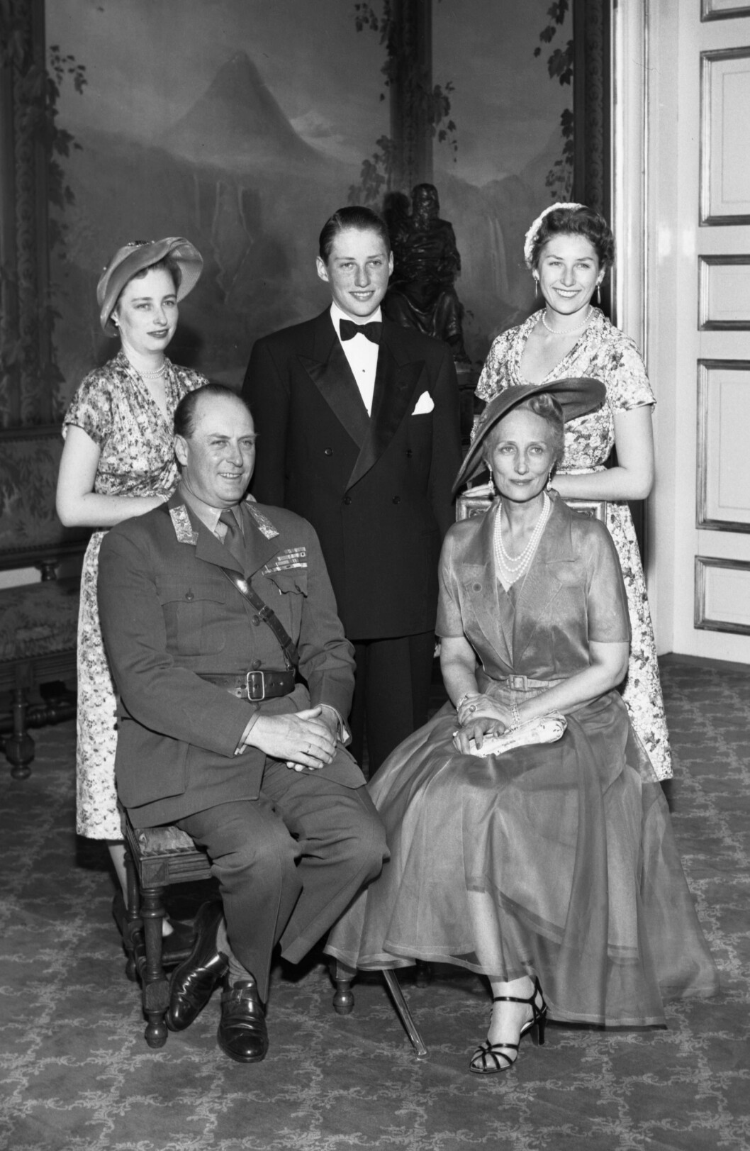 1953: Kronprinsparets yngste barn, prins Harald, ble konfirmert alene i Slottskapellet på Akershus i 1953. Fra venstre: prinsesse Ragnhild, prins Harald og prinsesse Astrid. Foran: Kronprins Olav og hans kone kronprinsesse Märtha. Foto: NTB scanpix