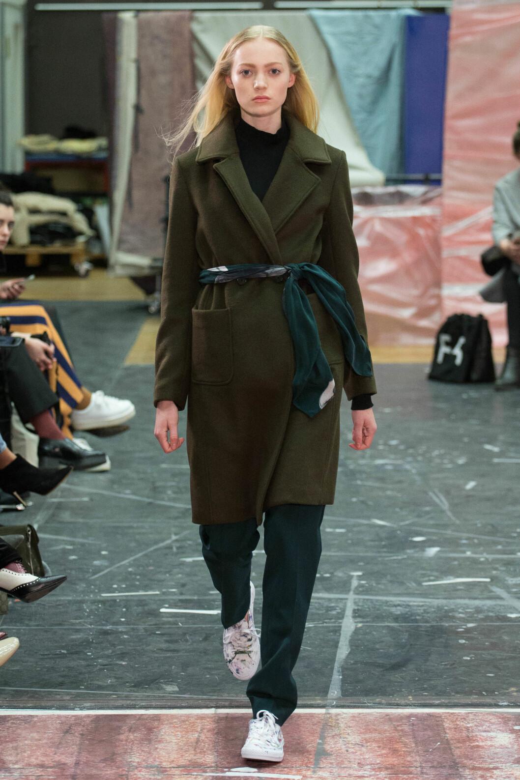 SOM BELTE: Bruk skjerfet som et belte! Her kan det være lurt å bruke et tynnere sjal. Du finner shoppingtips lengre ned!
