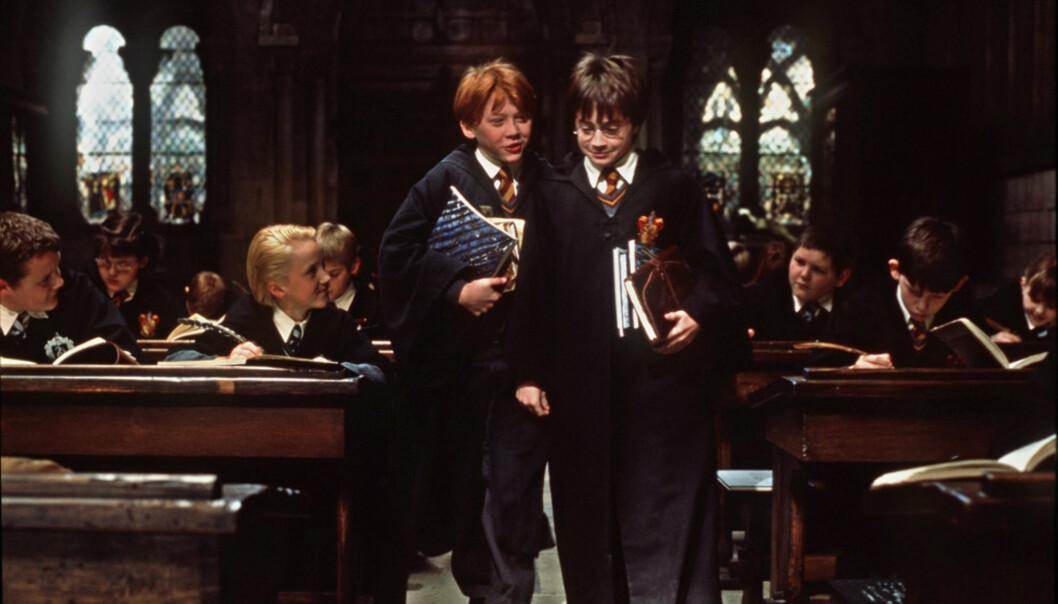 <strong>20-ÅRING:</strong> Den første boka om Harry Potter ble utgitt for 20 år siden. Det tok ikke mange år før Warner Bros. begynte å lage filmer om det magiske universet. Her er Ronny (Rupert Grint) og Harry (Daniel Radcliffe) i en scene fra den aller første Harry Potter-filmen. Foto: Peter Mountain / NTB Scanpix