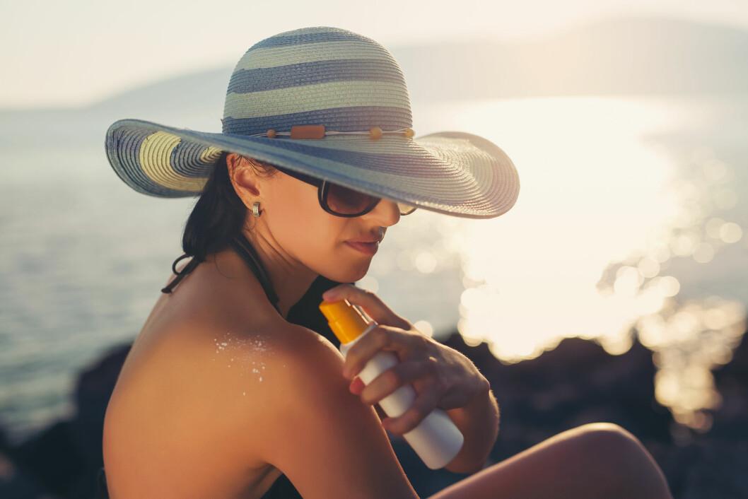 SOLKREM ER IKKE NOK: Hatter, lette klær og pauser fra solen er også viktig del av solbeskyttelsen.  Foto: Scanpix