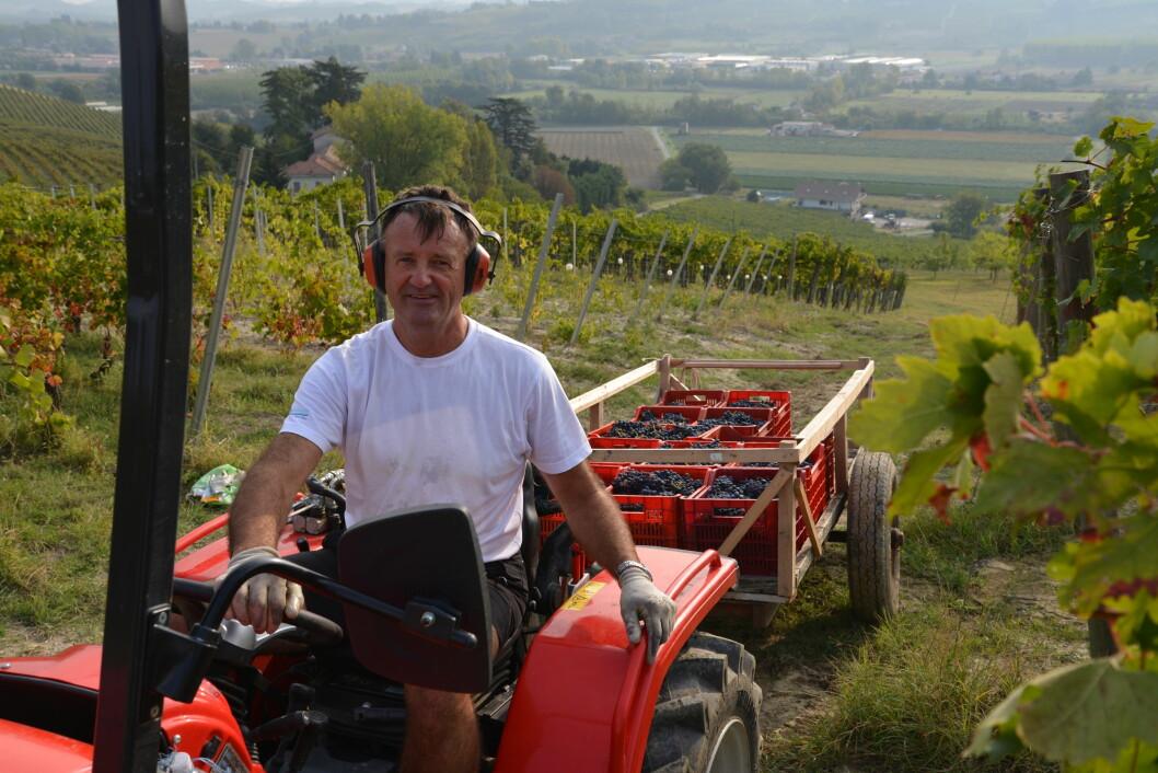 ARBEIDSOPPGAVER I KØ: På vingården Cascina Collina i Piemonte er det alltid noe å gjøre, og lange arbeidsdager for både Stein og Hilde. Foto: Privat