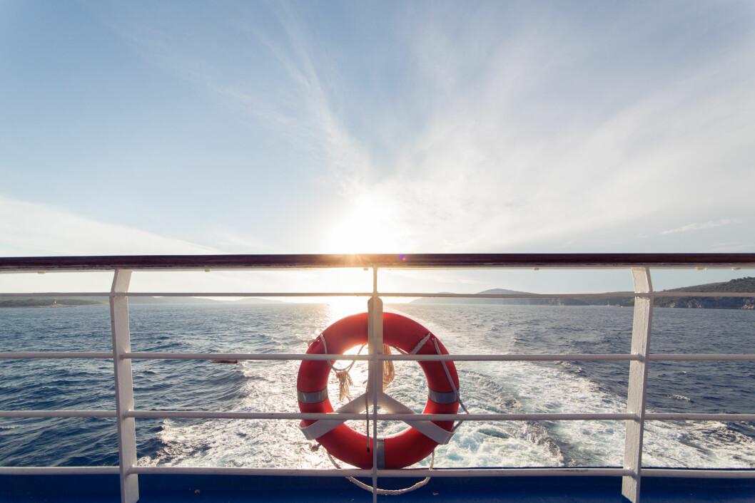 <strong>BADING FRA BÅT:</strong> - Skal du bade fra båt, bør noen om bord holde oppsyn og stå klar til å kaste ut redningsutstyr dersom det skulle oppstå problemer, forklarer eksperten til KK.no. Foto: NTB Scanpix