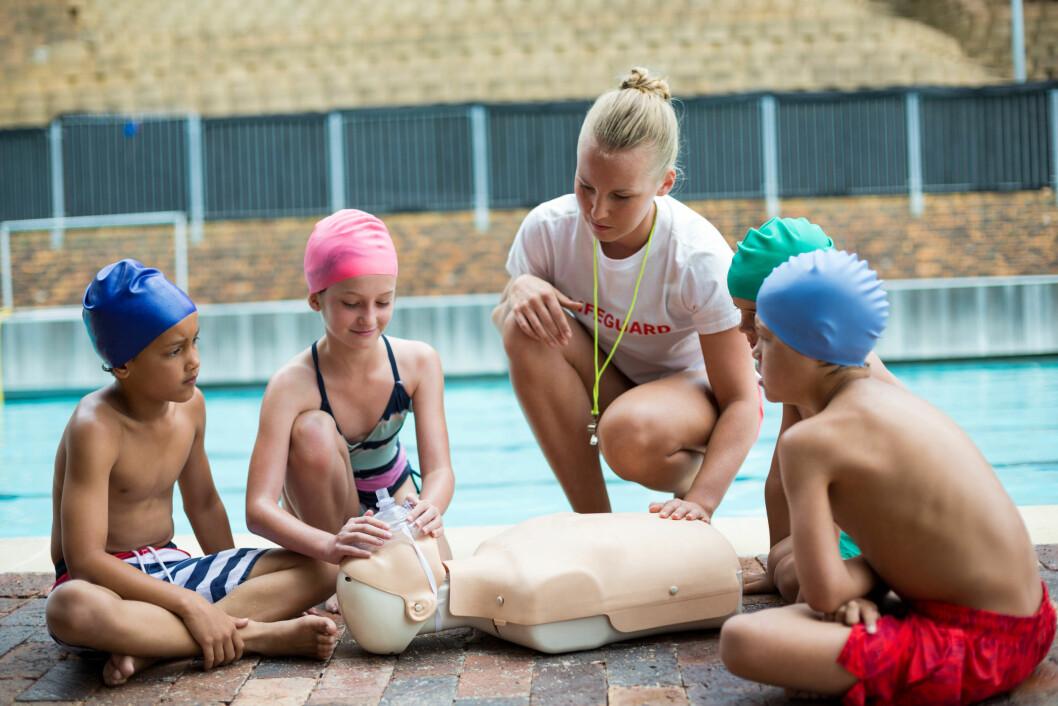 <strong>LIVREDDING:</strong> Start tidlig med å lære barna om livredding og hva de burde gjøre dersom de skulle oppleve en ulykke i forbindelse med vannaktiviteter. Foto: NTB Scanpix