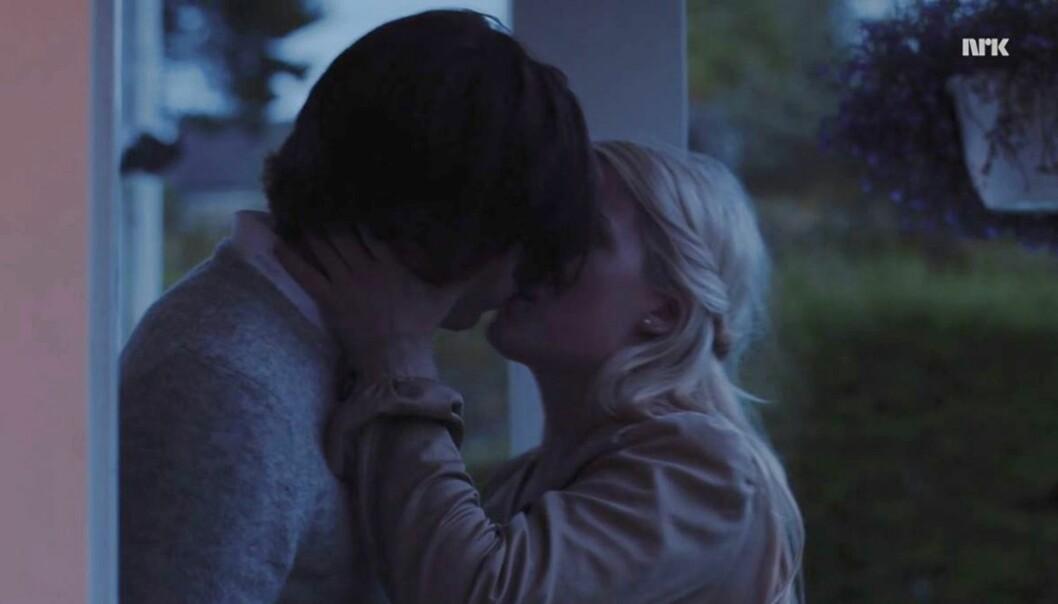 PÅ FEST: Vilde og William fra scenen der de kysser på en fest. Foto: NRK