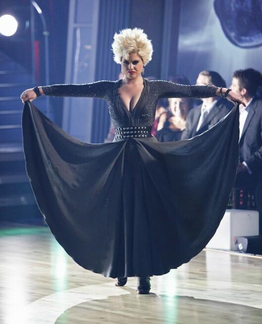 DANSER PÅ TV: Kelly Osbourne er med på USAs versjon av «Skal vi Danse». Her i full sving med paso doble.  Foto: All Over Press