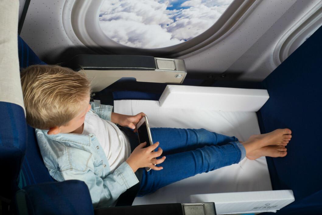 KOFFERTSENG: Jetkids bedbox er en norsk oppfinnelse, eieren av Barnombord.no er gründer, designer og utvikler av den smarte koffertsengen. Foto: JETKIDS/BARNOMBORD.NO