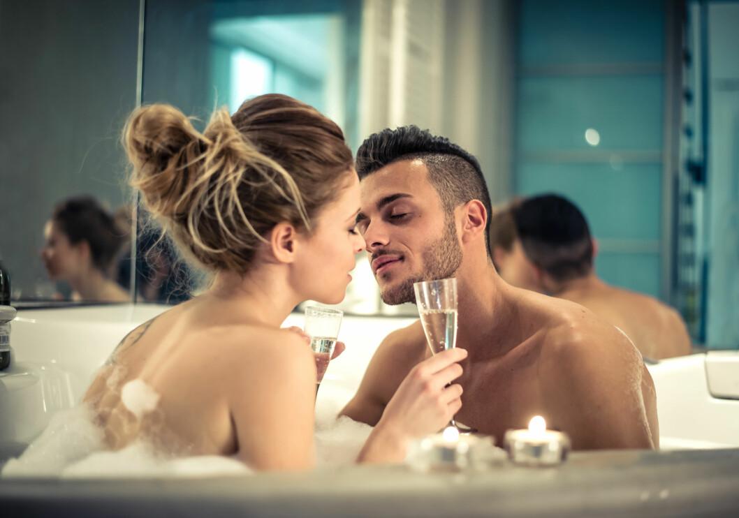 BOBLEBAD: Et varmt bad med din kjære kan være deilig og romantisk, men husk at vann kan gjøre skjeden tørr. Foto: NTB scanpix