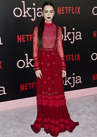 RØD LØPER: Lily Collins på premieren til filmen «Okja». Foto: NTB Scanpix