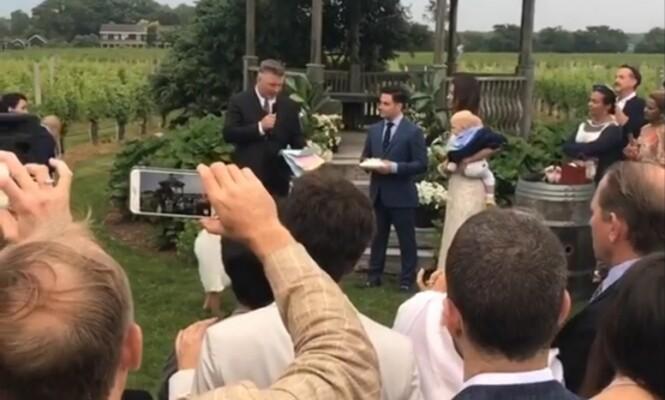 <strong>EKTESKAPSLØFTER:</strong> Alec leser opp sine nye ekteskapsløfter for sine kone. Foto: Instagram