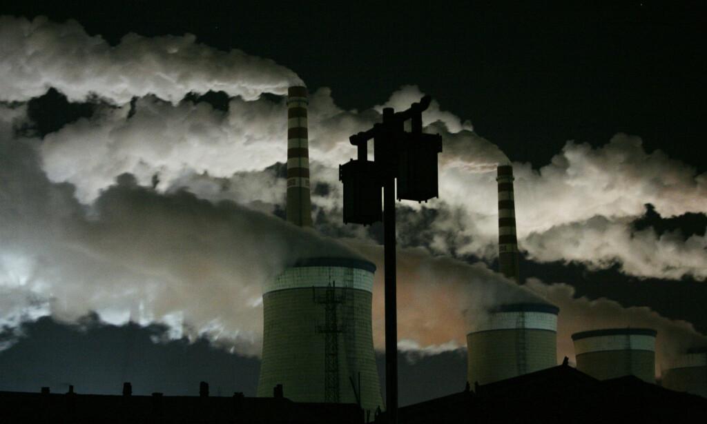 ØKER: Kullproduksjonen har økt både i USA, Kina og India så langt i år. Dermed kan det bli vanskeligere å bremse landenes utslipp av klimagasser. Bildet viser et kullkraftverk i Datong i Kina. Foto: Jason Lee/Reuters/NTB Scanpix