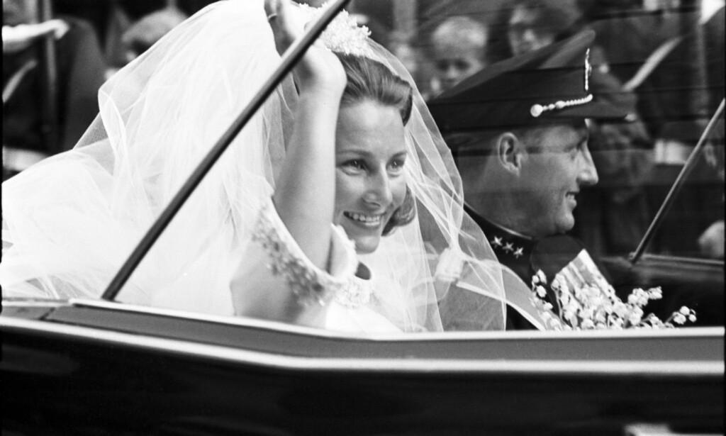 KONGELIG BRYLLUP: Slik så det ut da dagens kongepar møtte folket etter sitt bryllup i 1968. Foto: NTB Scanpix
