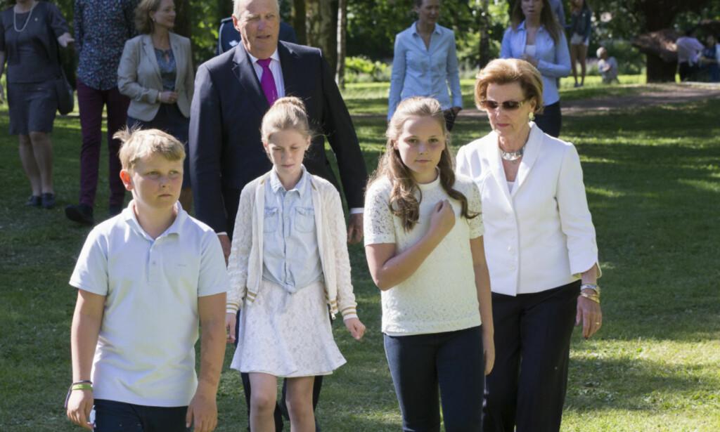 TRIVES I GRØNNE OMGIVELSER: I fjor var kongeparet i Slottsparken for å plante trær sammen med prins Sverre Magnus, Leah Isadora Behn og prinsesse Ingrid Alexandra. Foto: NTB Scanpix