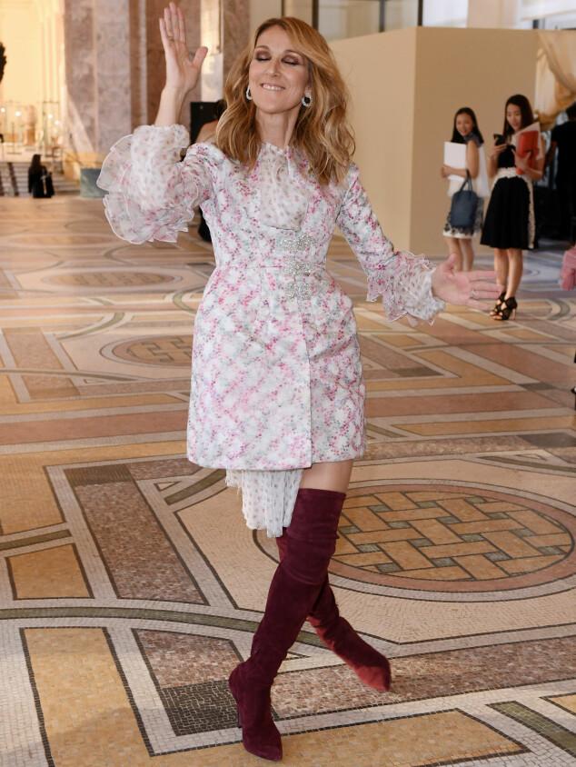 LEKEN: Céline Dion i tullehumør backstage på Giambattista Valli-visningen mandag. Foto: David Fisher/Footwear News/REX/Shutterstock/ NTB scanpix