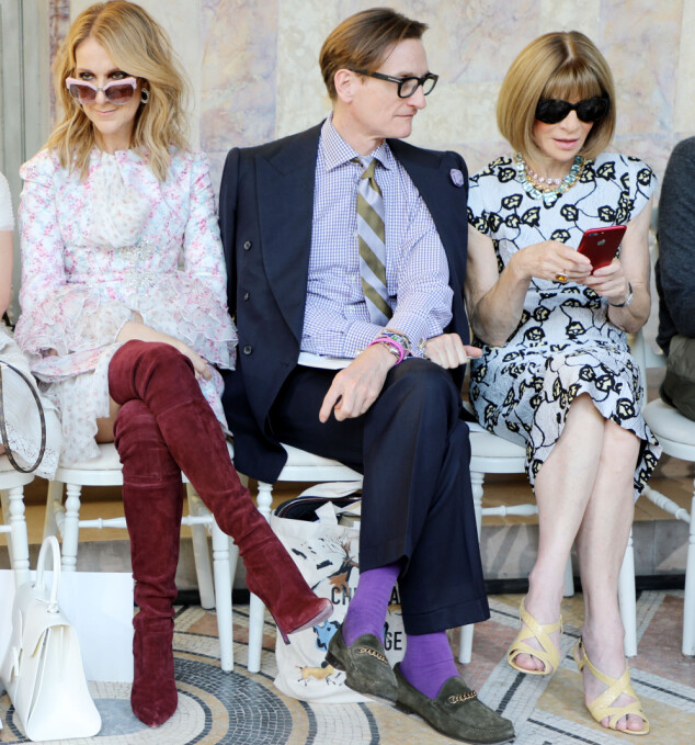 STILIG STJERNE: Céline Dion med de to Vogue-redaktørene Hamish Bowles og Anna Wintour på første rad under Giambattista Valli-visningen. Foto: Lodovico Colli di Felizzano/REX/Shutterstock/ NTB scanpix