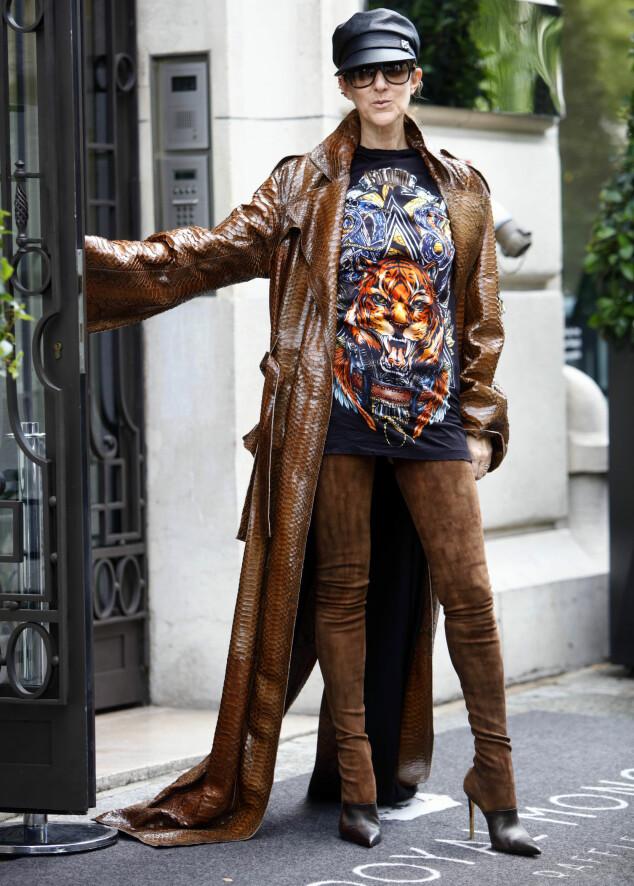 ROCKA: Céline Dion overrasket i kanskje verdens lengste Balmain-støvletter i Paris forrige uke. Foto: Splash News/ NTB scanpix