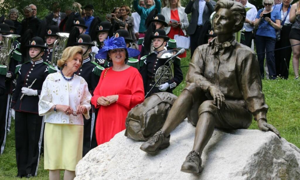 BEUNDRET STATUEN: Dronning Sonja fulgte spent med da statuen ble avduket. Foto: Andreas Fadum