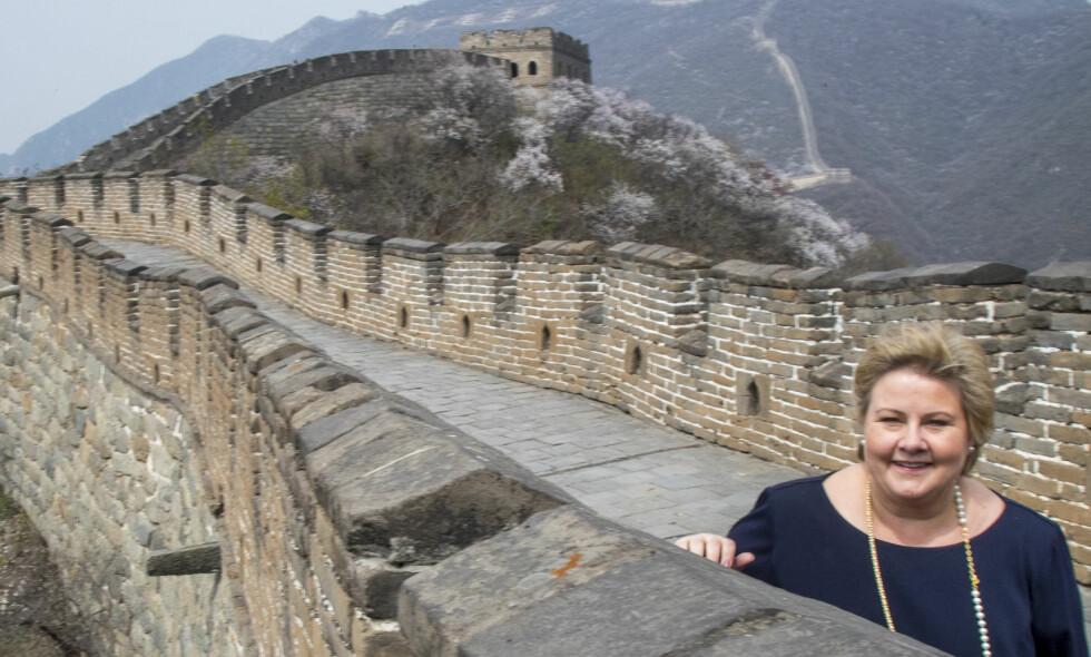 PÅ DEN KINESISKE MUR AV TAUSHET: Erna Solberg lærte seg, etter det vi erfarer, å være taus som en mur under sitt besøk på Den kinesiske mur nylig. Men, hun er en glad laks her, det skal hun ha. Foto: NTB Scanpix.
