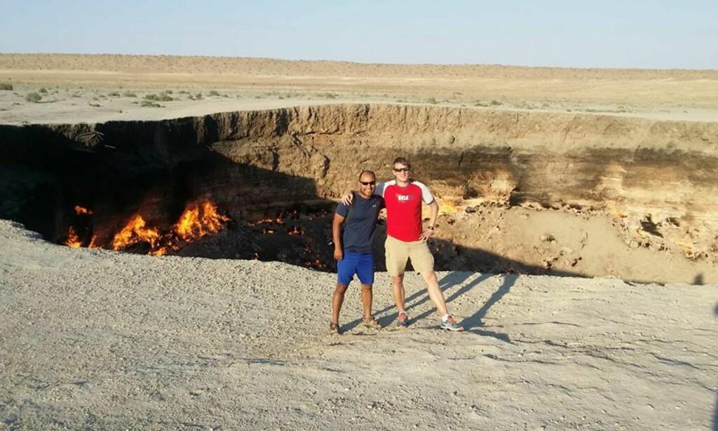 MANGE VENNER: Reisene har gitt Marius mange nye venner. Her med en av dem ved Darvaza-krateret i Turknenistan, også kjent som «porten til helvete».