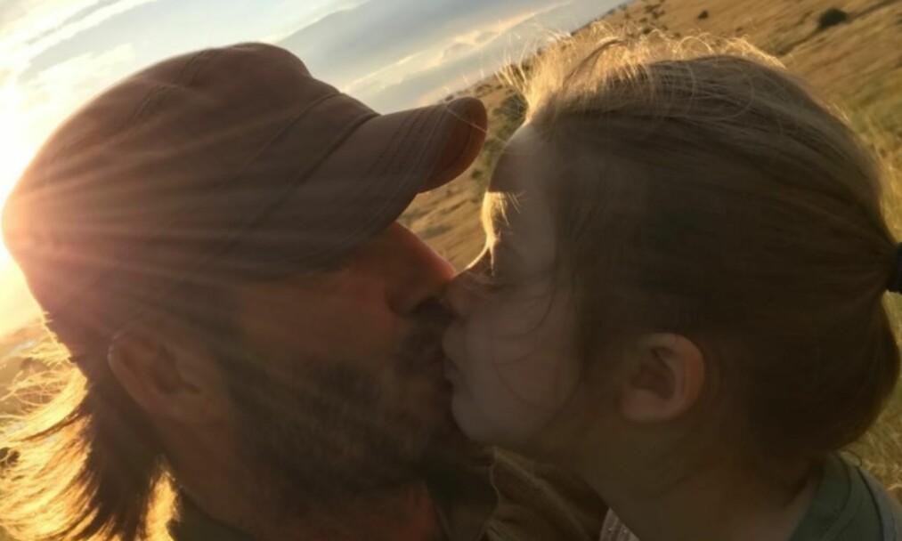<strong>FÅR KRITIKK:</strong> David Beckham har fått krass kritikk etter at han delte dette kyssebildet med datteren, Harper. Foto: Skjermdump / Instagram