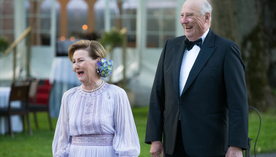 FESTLIG: Dronning Sonja og kong Harald sto klare ved kongsgården på Bygdøy, for å ønske gjestene sine velkommen. Foto: Audun Braastad / NTB scanpix