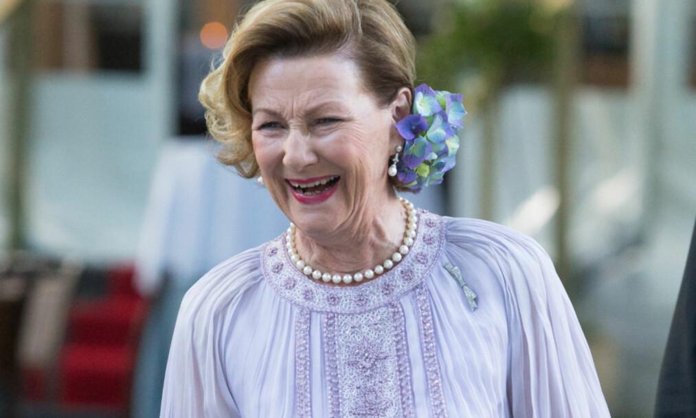 HYLLES: Dronning Sonja stilte i lilla kjole på bursdagsfeiringen. Det får hun skryt for. Foto: NTB scanpix