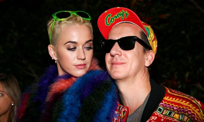 TILBAKE: Designer Jeremy Scott for Moschino er kjent for å hente inspirasjon i popkultur fra 90-tallet. Her er han sammen med artist Katy Perry, og begge har på seg 90-tallsinspirerte antrekk. Foto: Shutterstock, NTB scanpix