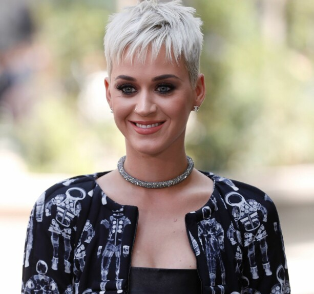 2017-UTGAVEN: En korthåret Katy Perry avbildet i Paris i starten av juli, i anledning moteuka. Foto: AFP/ NTB scanpix