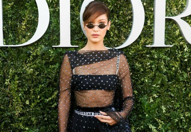 TRENDSETTER: Supermodell Bella Hadid avbildet på åpningen av Dior-utstillingen i Paris mandag, iført designerantrekk - og små solbriller. Foto: AFP/ NTB scanpix