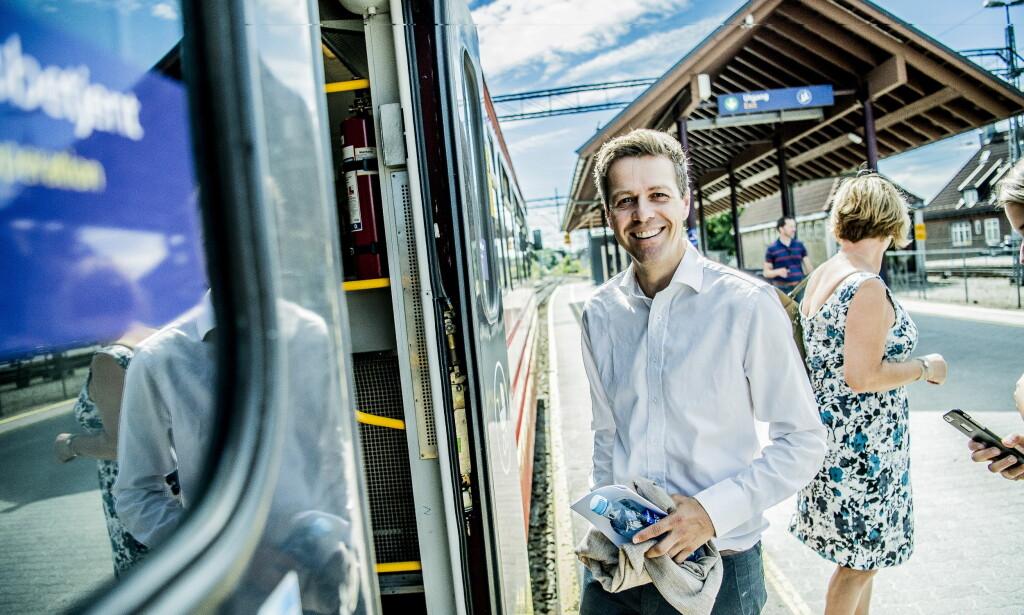 PÅ LOFFEN: Knut Arild Hareide tar Bratsbergbanen fra Skien stasjon til Notodden. Det er arbeidsreise, ikke ferie. Foto: Thomas Rasmus Skaug