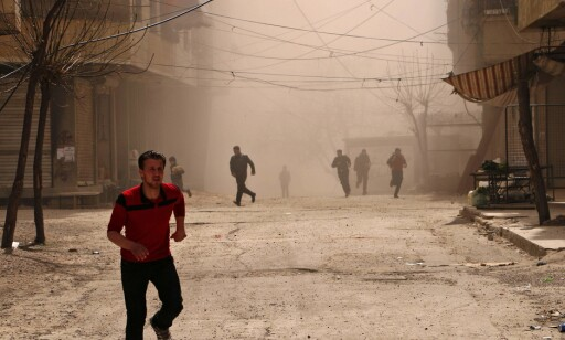 FRYKT: Innbyggerne i Øst-Ghouta opplever stadig voldsomme bombeangrep og død. Her fra bombing av syriske regjeringsstyrker i mars i år. Foto: AFP / NTB Scanpix