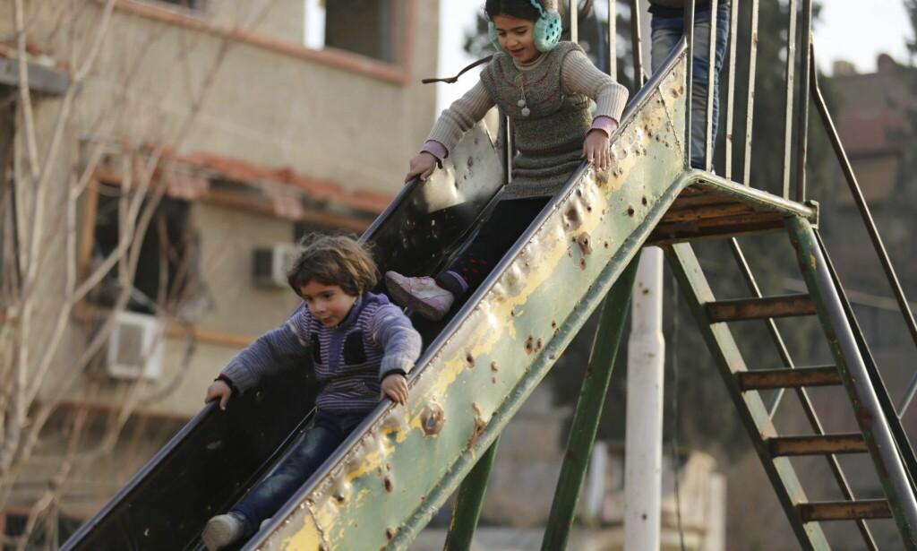 FRYKT OG TRAUMER: To barn leker i Øst-Ghouta. Selv om området bare ligger 15 kilometer unna hovedstaden Damaskus, er livet til innbyggerne i det beleirede områdene en daglig kamp om å få tak i nok mat, vann og medisiner - og å overleve. Foto: Al-Shami / Unicef / AP / NTB Scanpix