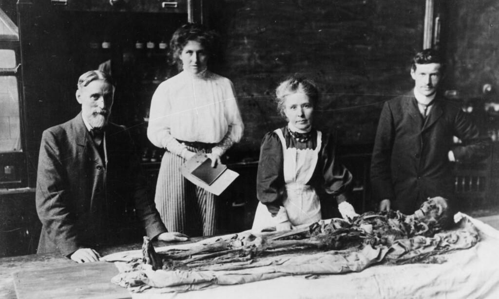 FOLKEOPPLYSNING: Arkeologen Margaret Murray pakker opp en mumie foran 500 tilskuere i Manchester i1908. Foto: Manchester Museum