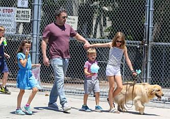 FAMILIEMANN: Den amerikanske nasjonaldagen, 4. juli, tilbragte Ben Affleck sammen med sine tre barn og ekskone. Foto: NTB Scanpix