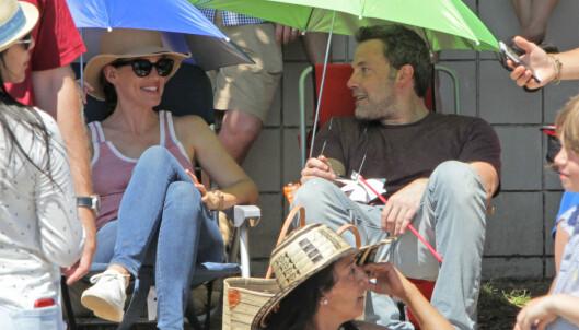 GOD STEMNING: Til tross for at Ben skal ha gått videre i livet, ser det ut som om at han og Jennifer fremdeles er gode venner. Her slår de av en prat mens barna går i 4.juli-paraden. Foto: NTB Scanpix