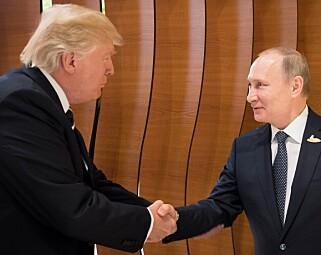 EN EKSTRA HÅND: Trump la en ekstra hånd under armen til Putin under et av deres håndtrykk. Foto: EPA/Stefan Kugler/NTB Scanpix